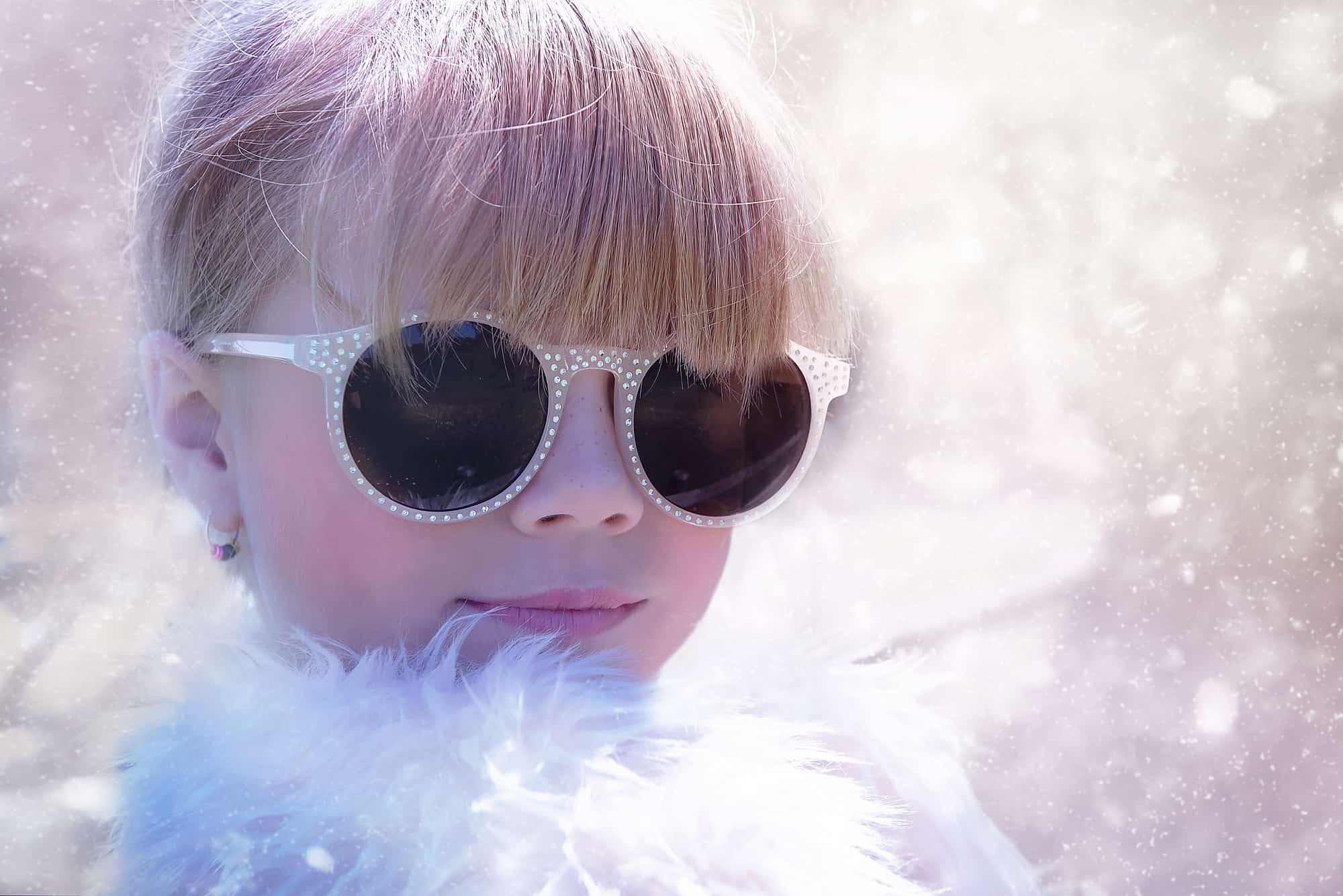 かわいいメガネをかける女の子