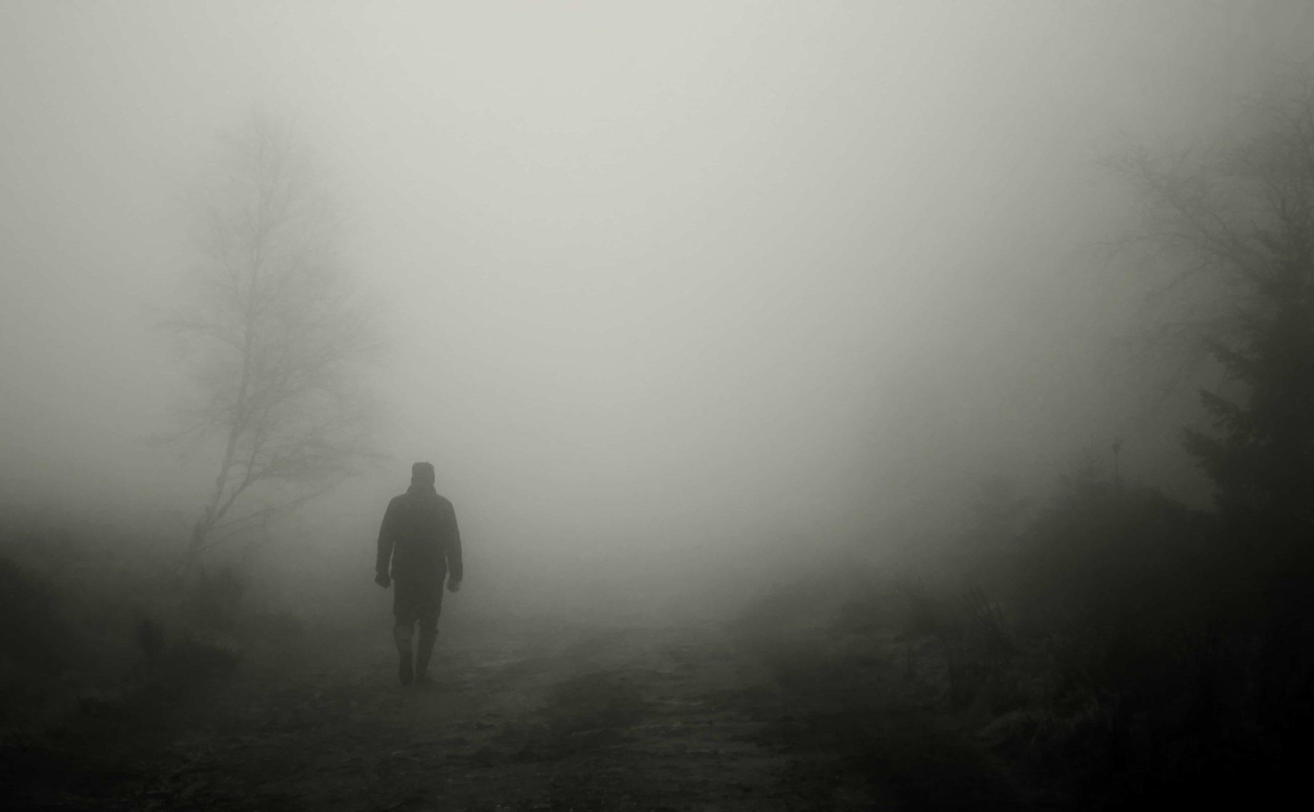 深い霧のなかの男性