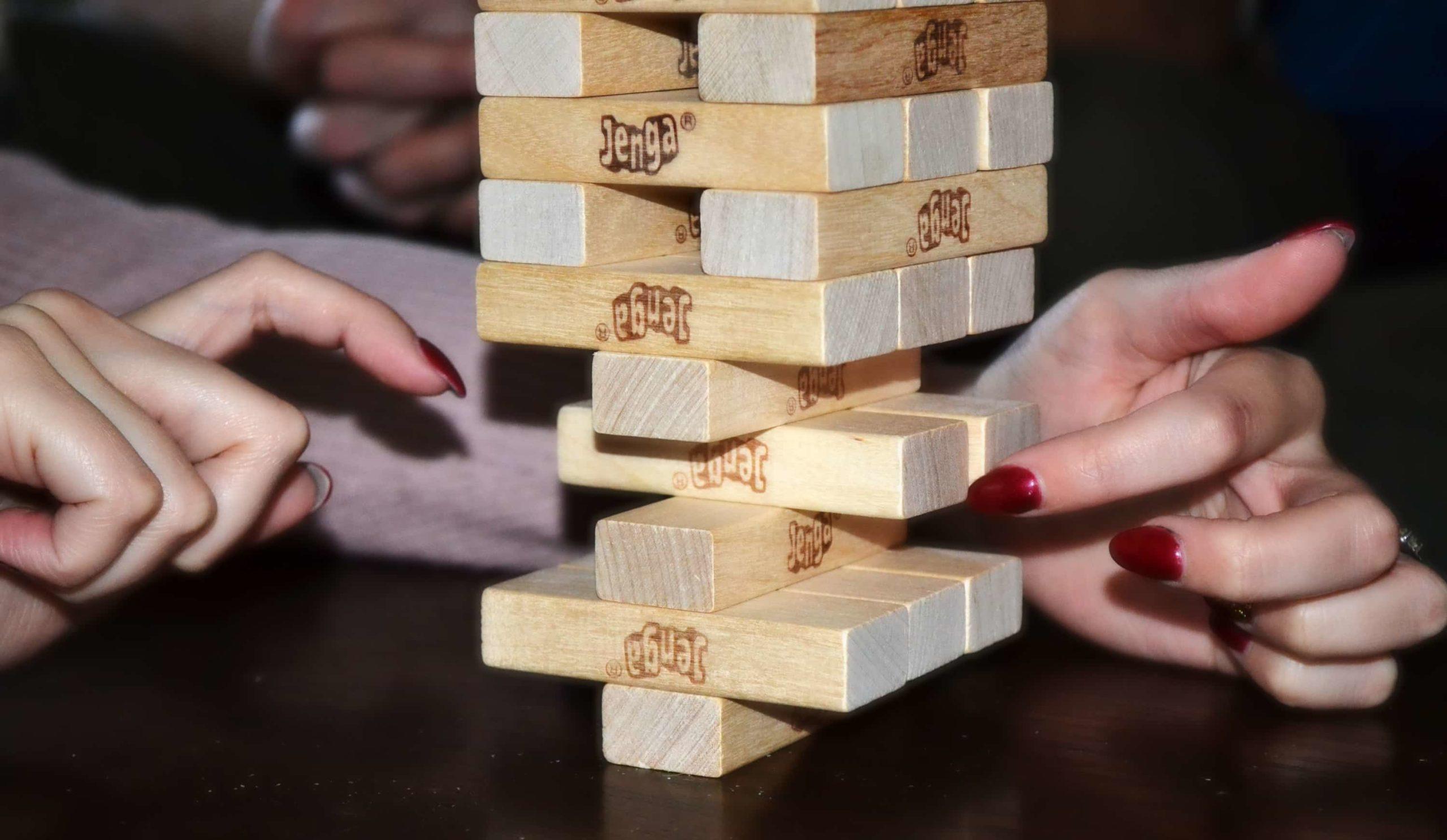 ジェンガで遊ぶ女性