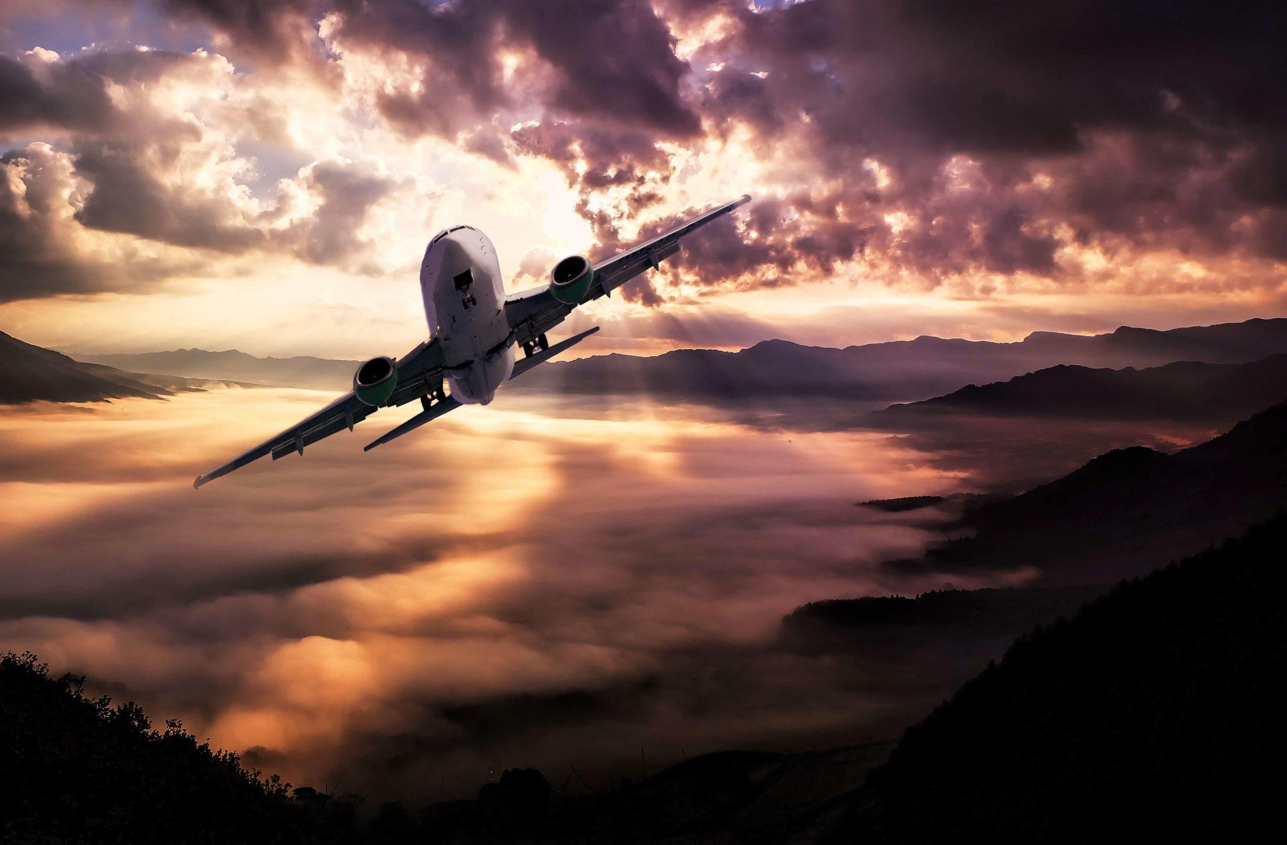 飛び去っていく飛行機