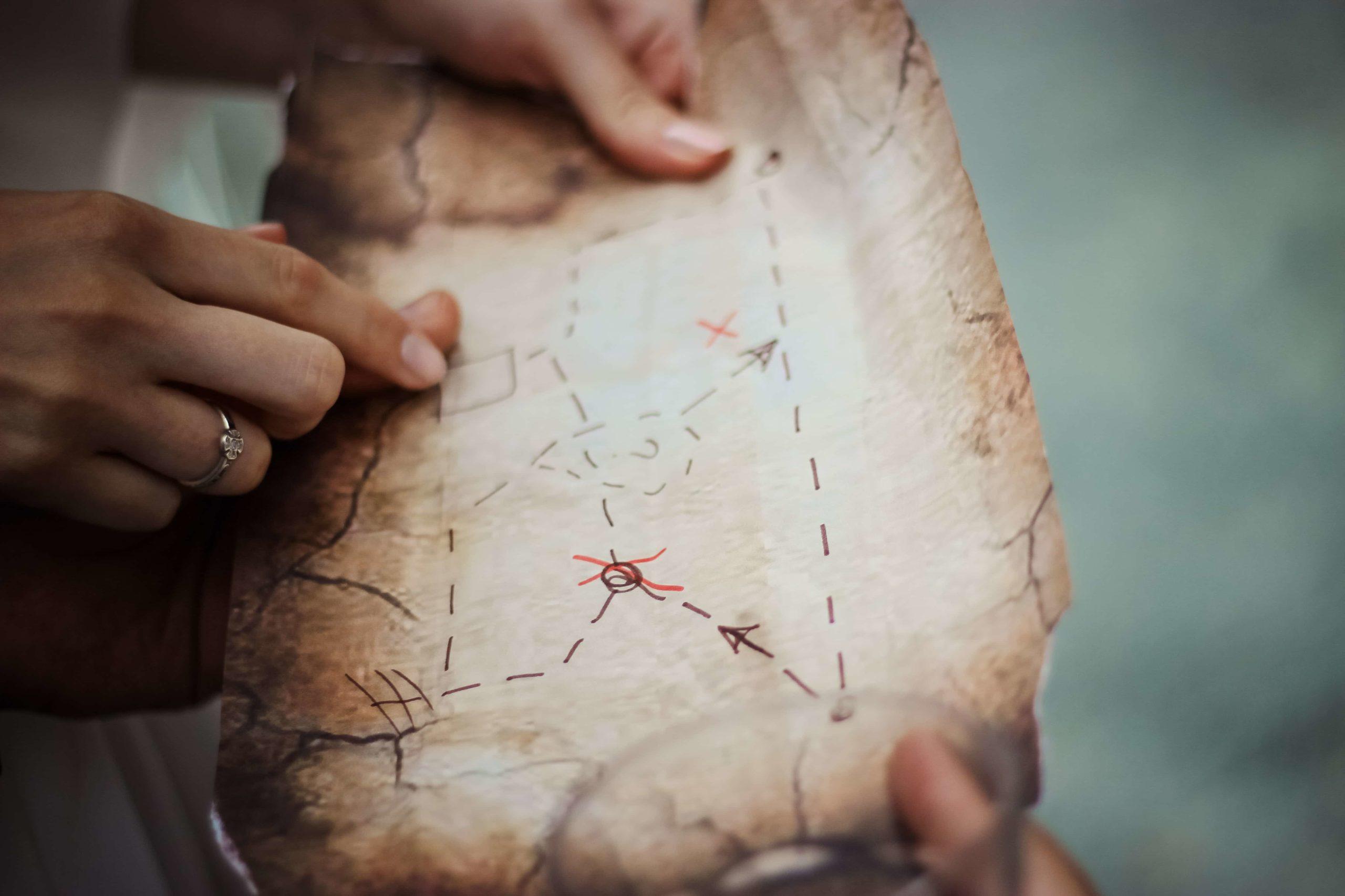 宝の地図を指差すひとたち