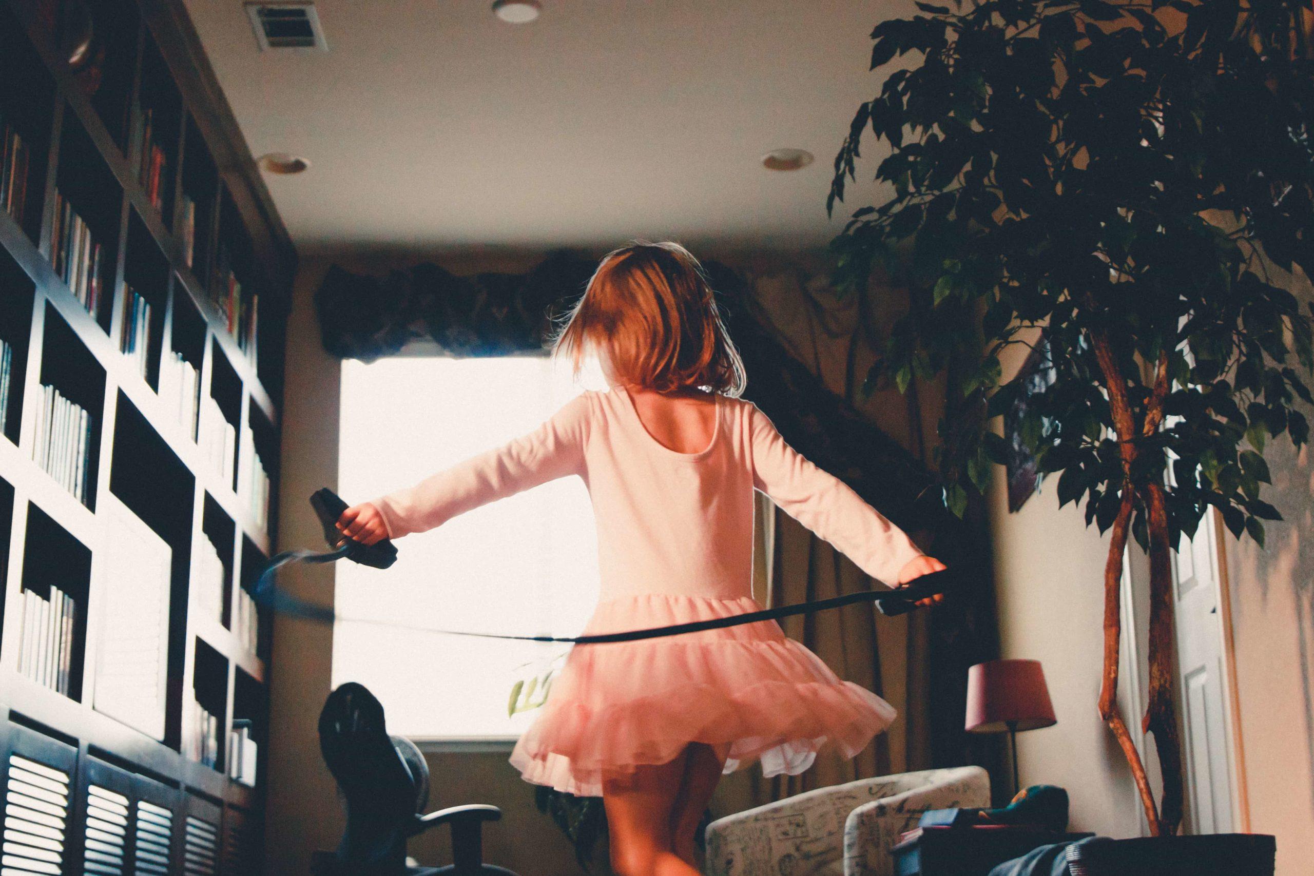 部屋で踊る女の子