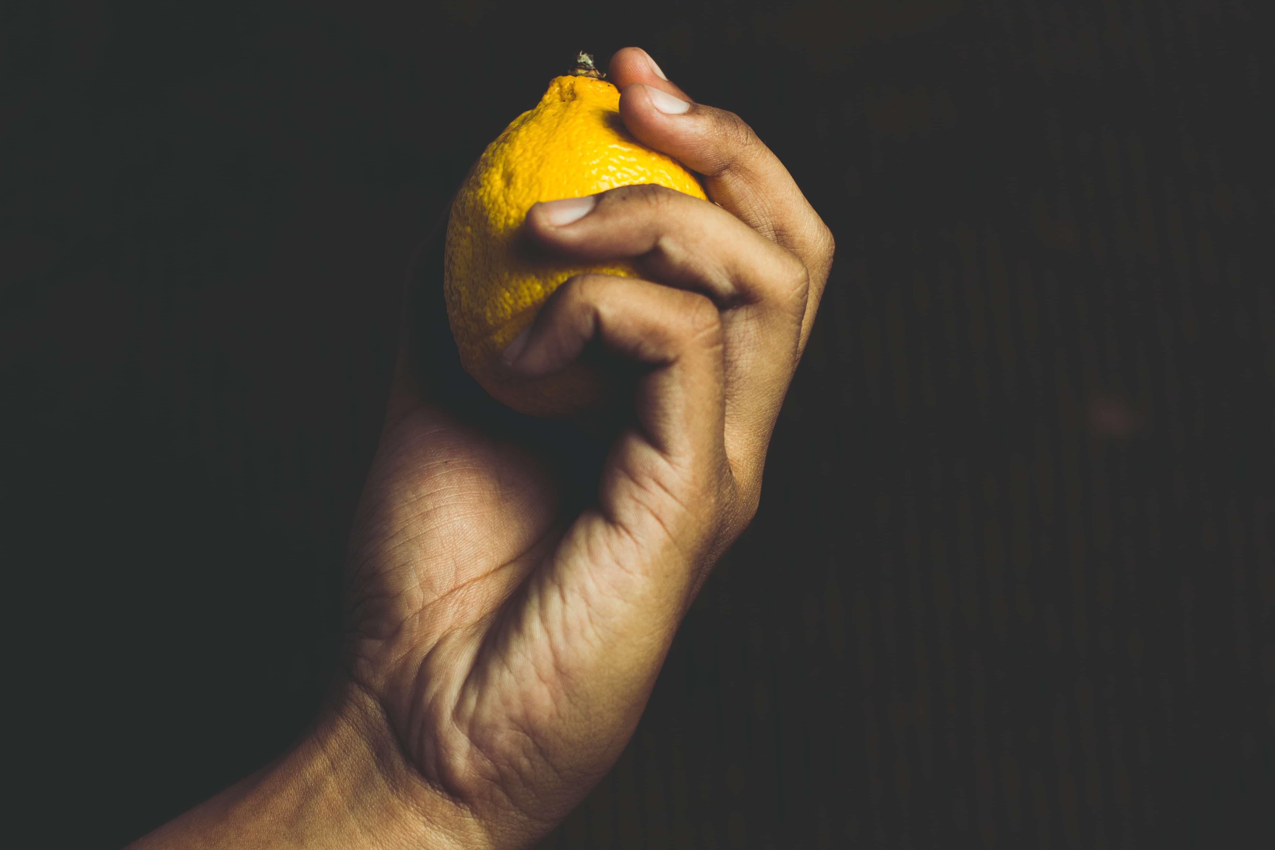 レモンを掴み取る手