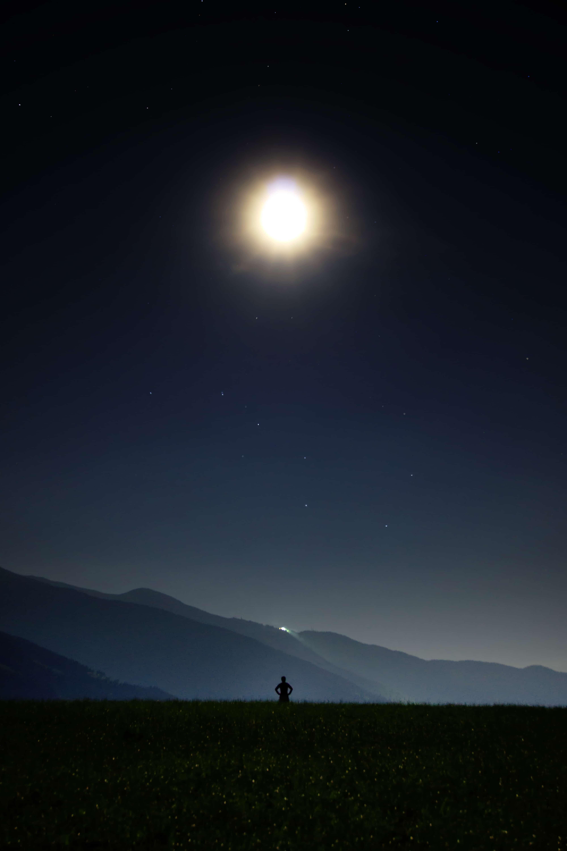 光り輝く月を見つめる