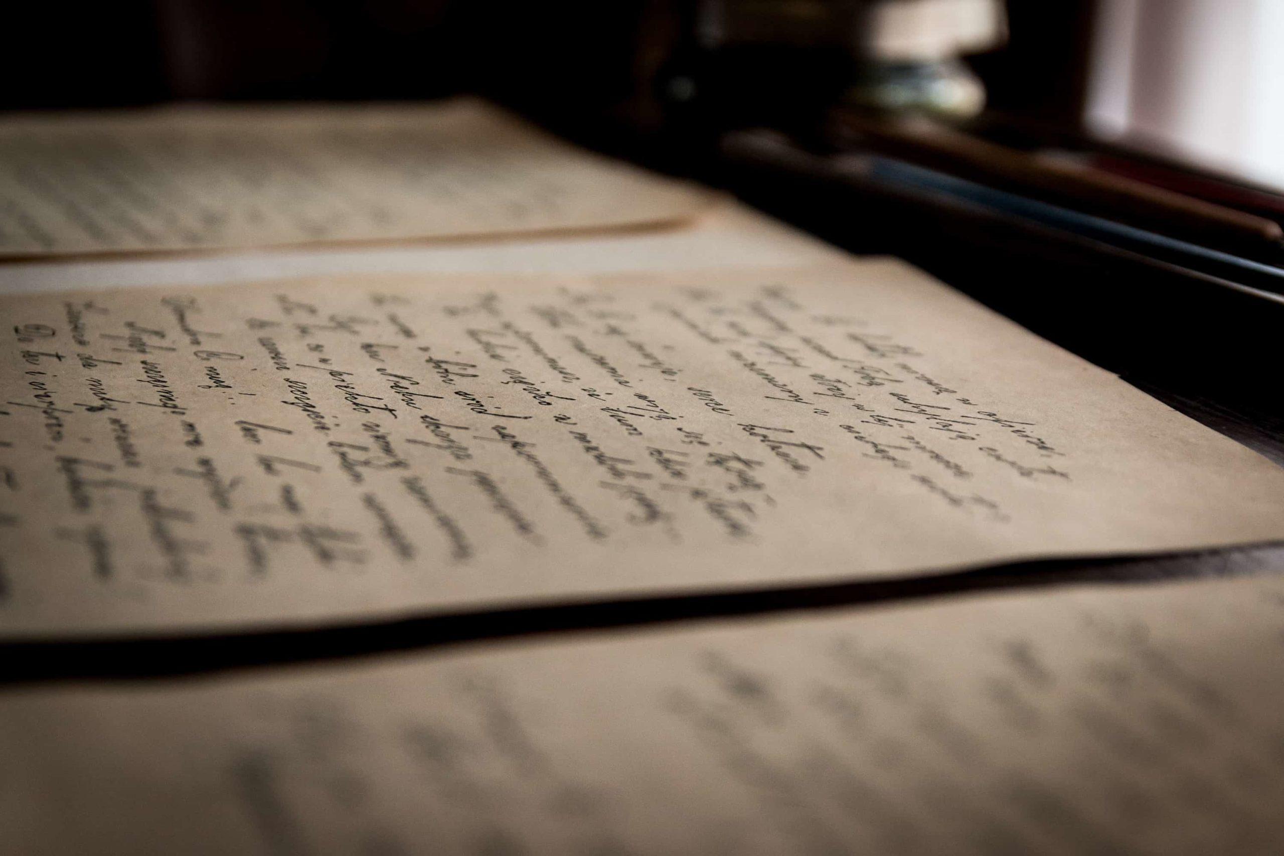 光を浴びた古い手紙