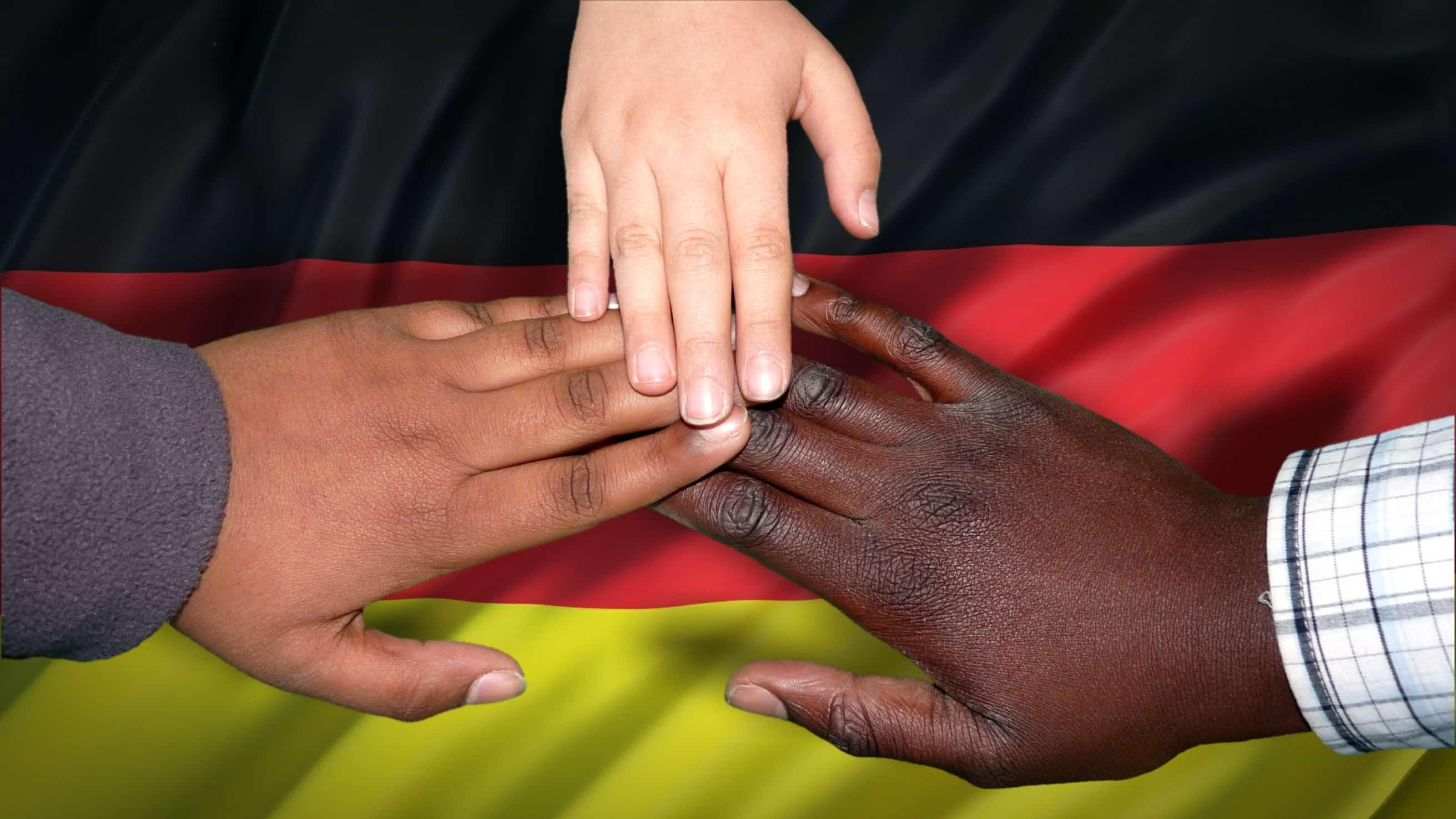 それぞれの色の手を合わせ