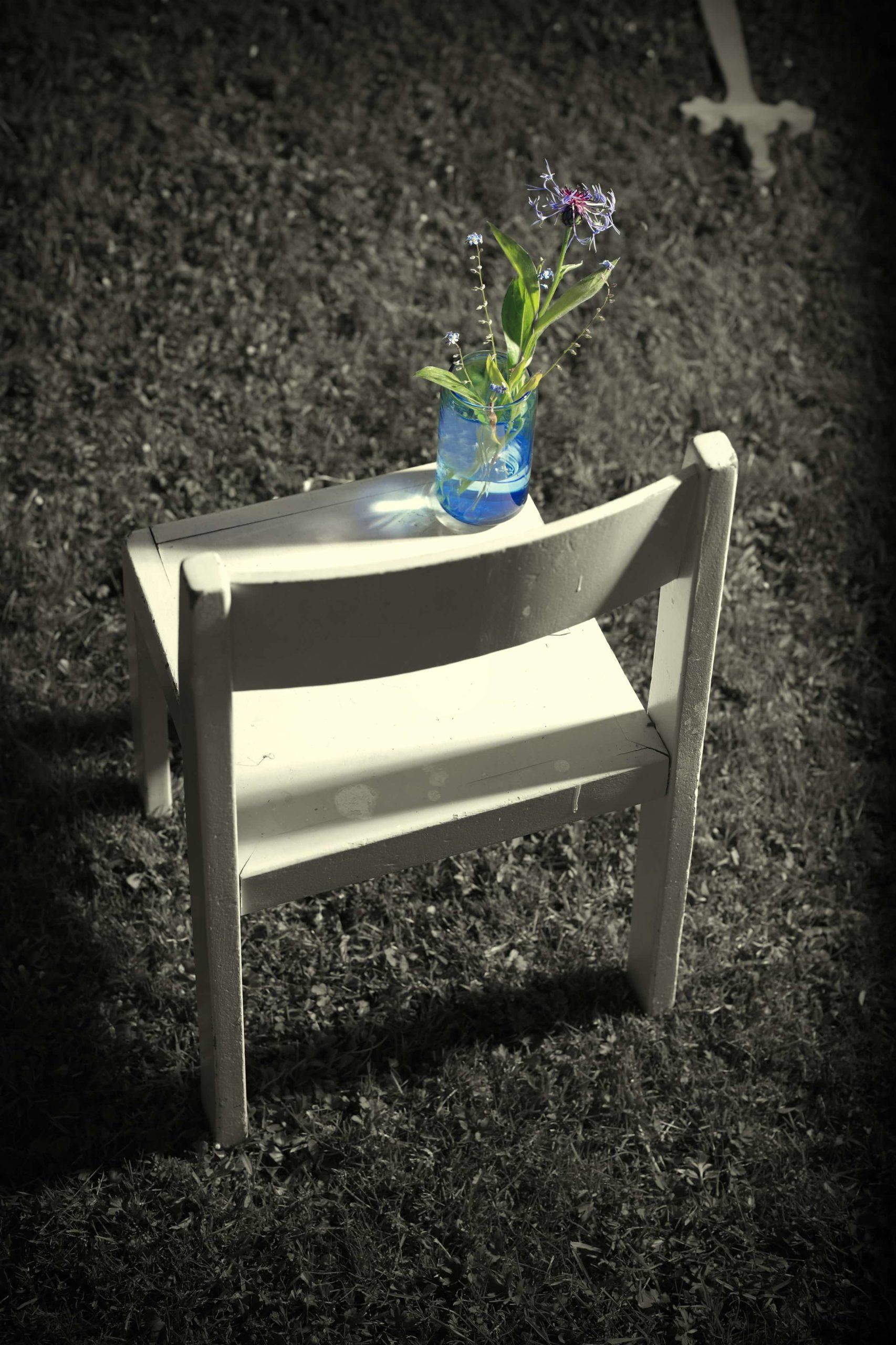 椅子の上の花瓶に入った花