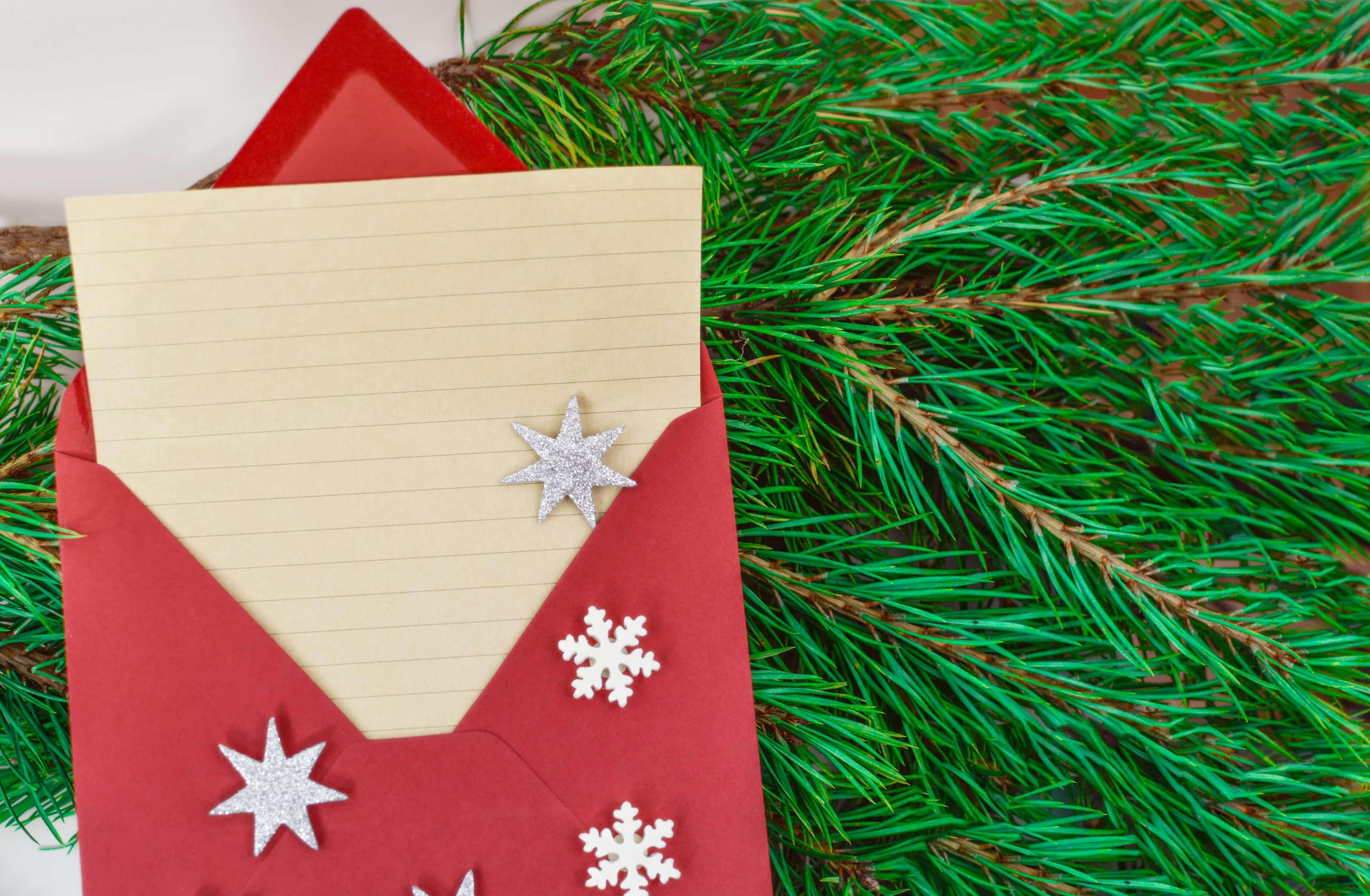銀の星が散りばめられた赤い封筒に入った手紙