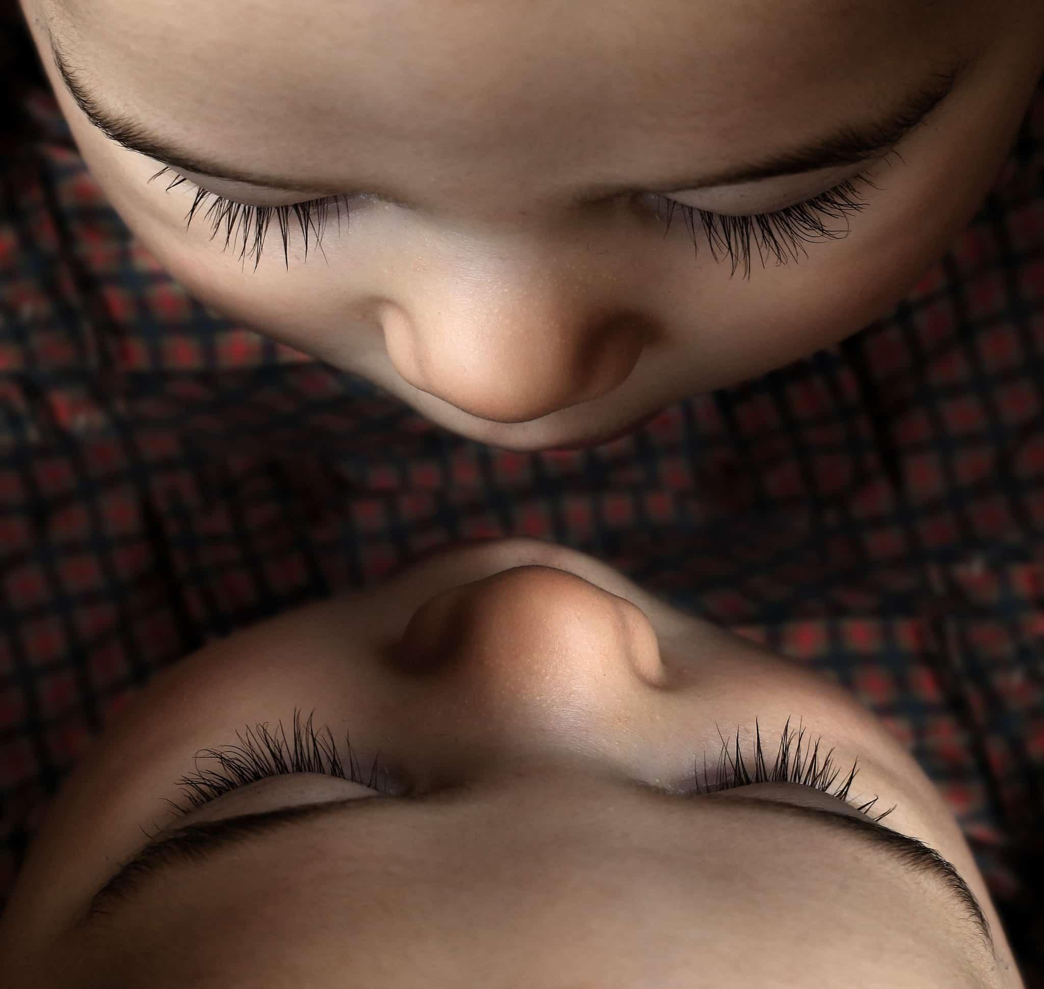 互いを見つめる双子の赤ちゃん