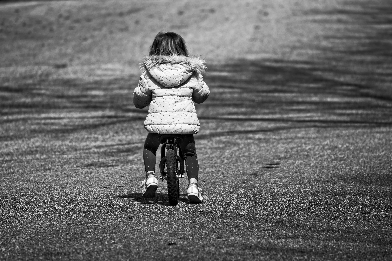自転車に乗る女の子の後ろ姿