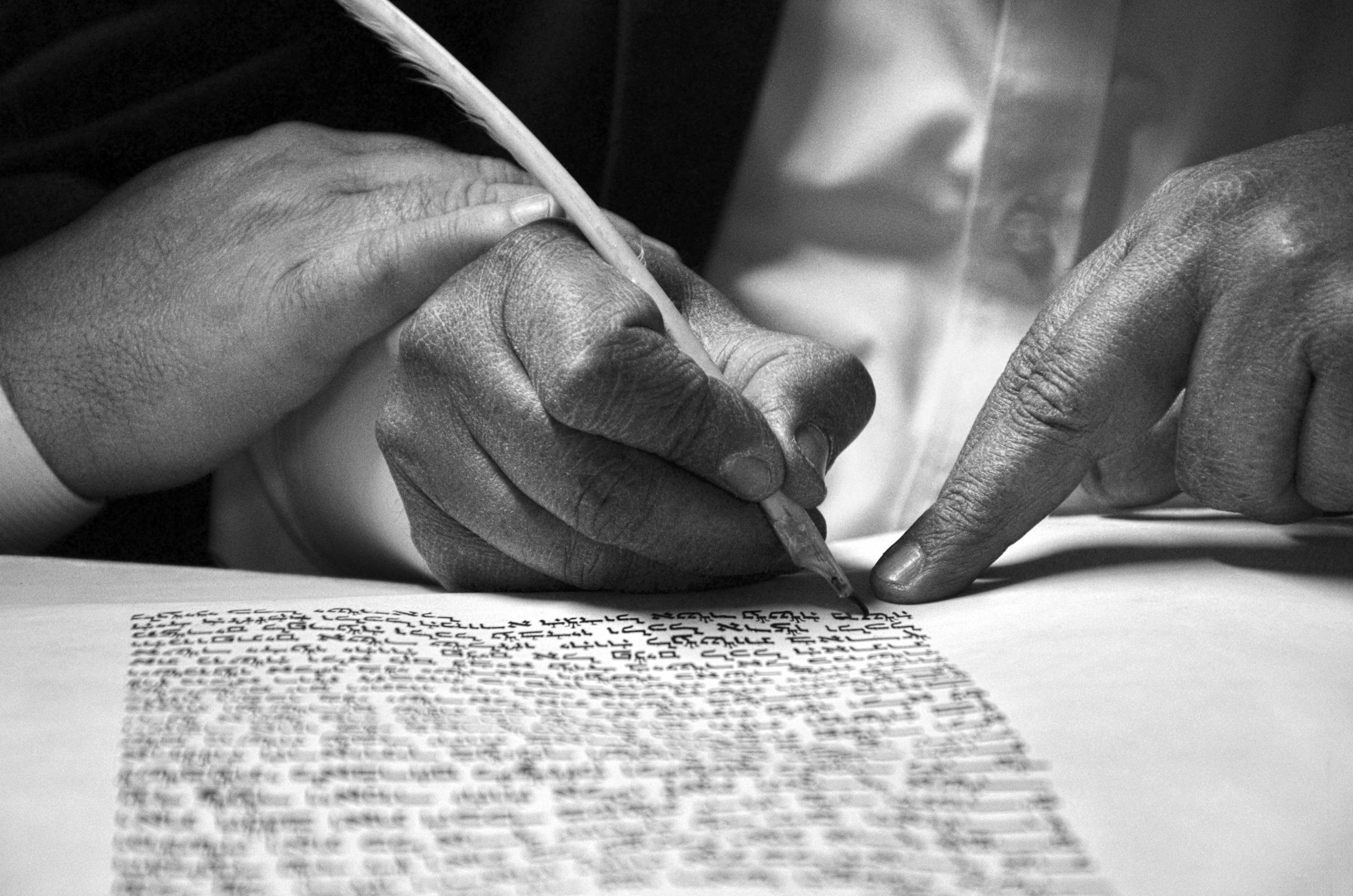 友達と手紙を書く男性
