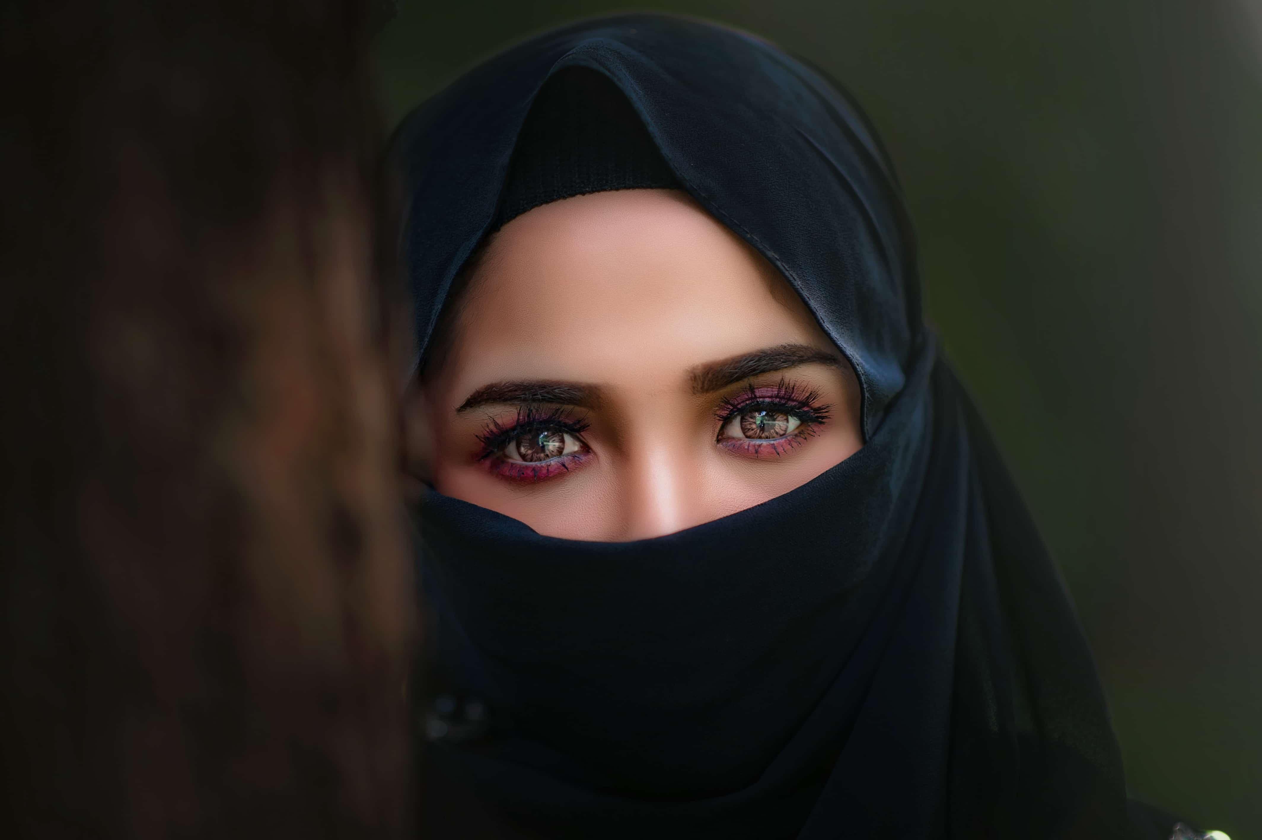 ヒジャブを纏う女性
