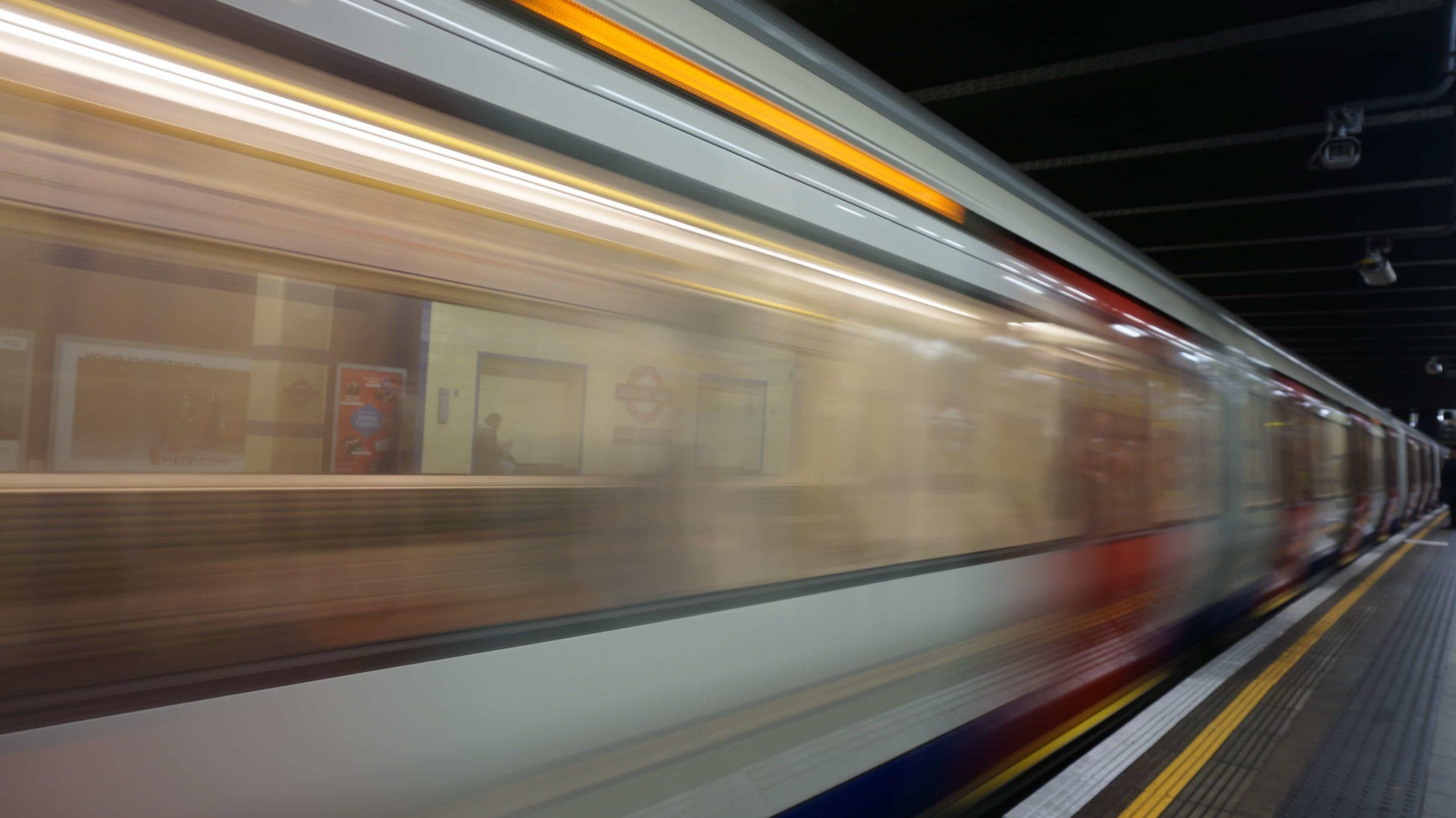 走る地下鉄