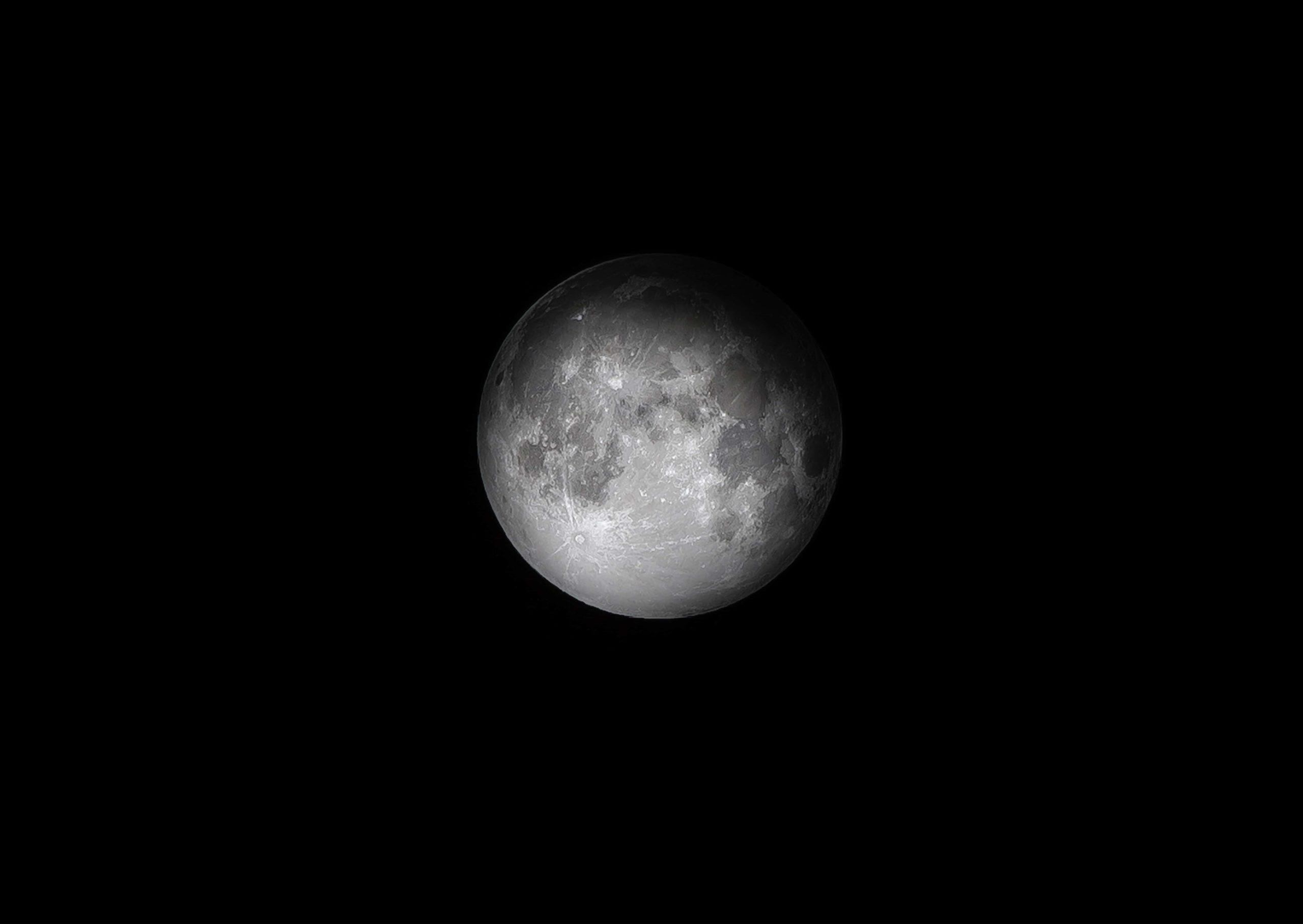 漆黒の闇と月