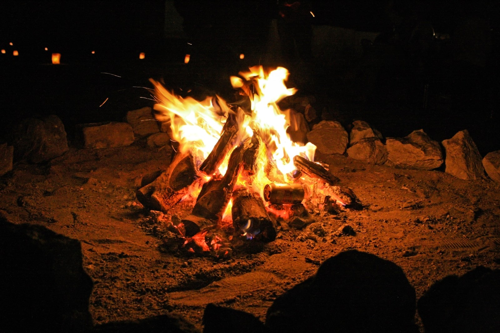 燃え盛る焚き火と行灯