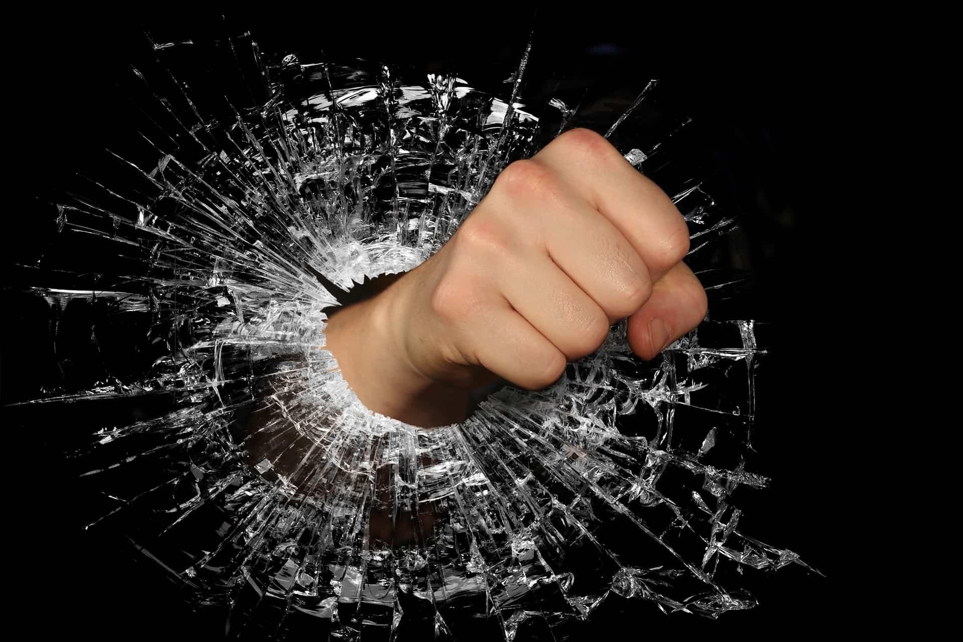 ガラスをぶち破る拳