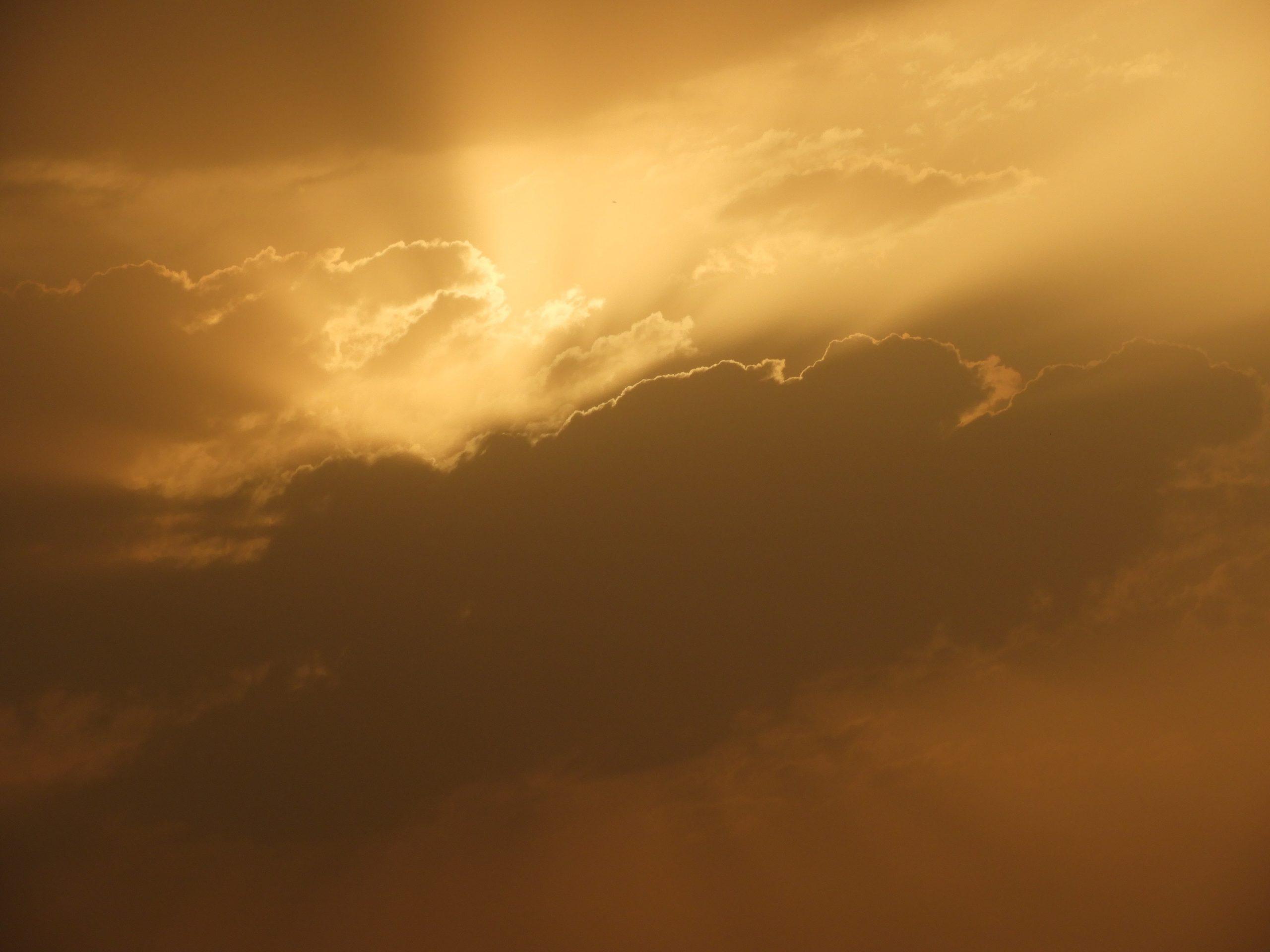 灰色の雲の裏から陽の光